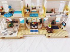 Here is the inside of my modern Lego beach house! Lego Bed, Lego Furniture, Minecraft Furniture, Casa Lego, Lego Friends Sets, Lego Creative, Lego Wall, Lego Boards, Lego Club