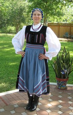Hello all, Today I will do a short partial overview of the peoples and costumes of Transylvania. Much silliness has been written. Folk Dance, Folk Costume, People Of The World, Traditional Outfits, Russia, Culture, Hungary, Medan, Embroidery