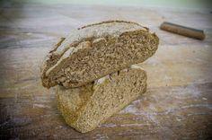 """Il pane di segale è spesso anche chiamato genericamente """"pane nero"""", perché ha una caratteristica colorazione scura. Viene ottenuto dalla lavorazione della sola farina di segale ed è piuttosto comune nelle zone montane delle regioni settentrionali, come in Valle d'Aosta, sede del Panificio Pitti."""