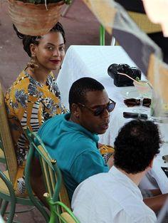 HAB01. LA HABANA (CUBA), 04/04/2013.- La cantante estadounidense Beyonce y su esposo, el rapero Jay-Z (c), almuerzan en un restaurante privado hoy, jueves 4 de abril de 2013, en el centro histórico de