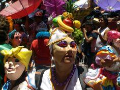 """HOTEL CASA DE AVES, te informa: San Miguel de Allende, es un lugar lleno de cultura y arte que sirve de escenario para las diferentes tradiciones y costumbres que ocurren en este mágico lugar, como la Fiesta de San Antonio de Padua (13 de junio) Tradicional y popular desfile de """"Los Locos"""" donde la gente participa disfrazada y con máscaras por las principales calles de la ciudad. Desfile con carros alegóricos, bandas musicales y mucha alegría."""