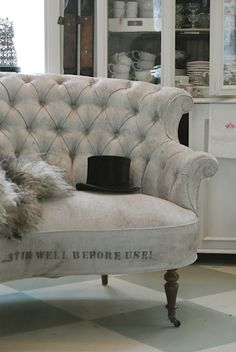 Love the sofa, the top hat of course and the black and white contrast ~ Gua always just has it!