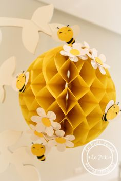 Child theme bee decoration in 2020 Bumble Bee Birthday, Baby Birthday, Decoration Creche, Mommy To Bee, Bee Crafts, Bee Theme, Baby Party, Baby Shower Themes, Party Themes