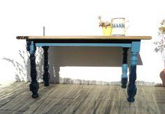 Mesa de madera con las patas azules. Dining table wood and blue. Luniqueblog.com