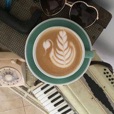 #slowpour#tulip#portafilter #barista#baristalife#espresso#baristaservice#barista#coffeemuse#donpello#specialtycoffee#baristadarlings#expobar#latte#latteartporn#lattegrams#alsela#cappuccino#coffeeservice#dritan#coffeenclothes#coffeetime#coffeeloversclub#latteartist#lattepost#loveramics#coffeart#coffeartist