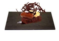Brownie de chocolate en uno de nuestros platos rectangulares #platos #pizarra #ardoise #slate #decoración #deco #cuisine #interior #food #kitchen #entrantes #postres