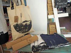 Así de bonitos están nuestros bolsos y camisetas en El Baúl de Bella, C/Aguillas, 3, Las Negras, Almería. Allí podréis encontrar nuestros modelos Desembarco de Génova y Cortijo del Fraile. Pasaros a verlos!!