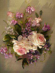 Broderie au ruban sur organza posé avec des fleurs en soie. C'est un site russe avec beaucoup de liens vers des vendeurs d'artisanat russe. Google traduction est un must.