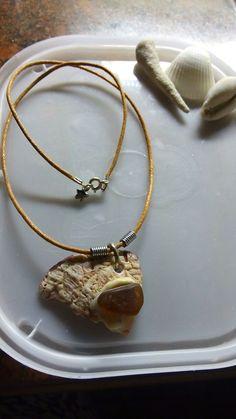 Colar d concha com pedra d vidro marinho na cor marrom