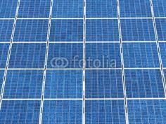 Blau schimmernde Solarzellen in Augustdorf bei Detmold im Kreis Lippe in Ostwestfalen-Lippe