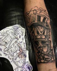 Quer fazer uma tatuagem do Tio Patinhas? Preparei uma lista com as tattoos mais lindas deste personagem, bem como os irmãos metralha. Fotos de tatuagens no ombro, braço, perna, mão e outras partes do corpo. Só as melhores!