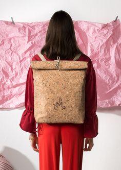MEGALOMANIA, Korksackbag, Sack and Pack Collection.  Die Korksacks sind Allrounder in schlichter Form. Das Naturmixgewebe aus Kork und Jute ist robust und wasserabweisend. Man kann sie seitlich oder auf dem Rücken tragen. Wir verzichten ganz auf metallische Verschlüsse somit sind die Taschen 100% organisch. Die Taschen werden limitiert in Leipzig handgefertigt. Auch individuelle Anpassungen sind möglich. #fair #eco #limited #upcycling Form, Helping People, Jute, Happy, Collection, Leipzig, Handmade, Repurpose, Bags