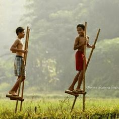 Kids on stilts. Cute Kids Photography, Video Photography, Childhood Games, Childhood Memories, Friendship Photography, Naughty Kids, Village People, Photo Background Images, Beautiful Flowers Wallpapers