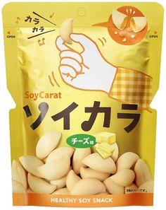 【大塚製薬 ソイカラ チーズ味】大豆をまるごと使用した、ノンフライ大豆スナック。一袋で約50粒分のタンパク質、大豆イソフラボン、食物繊維が取れる。振るとカラカラ音が鳴る楽しいスナックです。