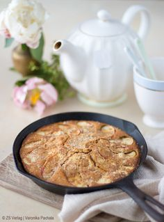 Mein geliebter Last Minute Apfelkuchen, vollwertig, ohne raffiniertem Zucker und mit nur wenig nativem Kokosöl. So lecker!  By Carrots for Claire