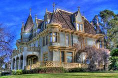 This house almost looks surreal, what with its icy blue body color, champagne gold trim, and many many gables positioned against a blue sky. Kimberly Crest House, Redlands CA. Victorian Architecture, Beautiful Architecture, Beautiful Buildings, Beautiful Homes, Architecture Design, Classical Architecture, Victorian Style Homes, Victorian Interiors, Old Mansions