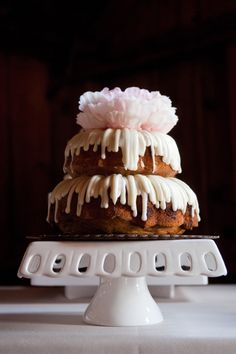 Real Wedding: Madelyn and Danny – Alternative Weddings Dresses Pretty Cakes, Beautiful Cakes, Amazing Cakes, Bunt Cakes, Cupcake Cakes, Just Desserts, Delicious Desserts, Tapas, Nothing Bundt Cakes