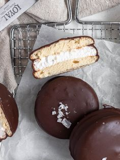Homemade Choco Pie aka Moon Pie - Catherine Zhang Chocolate Drip, Chocolate Coating, Choco Pie, Chocolate Chip Cookies, Cannoli Cupcake, How To Make Marshmallows, Moon Pies, Sweet Tarts, Cake Batter
