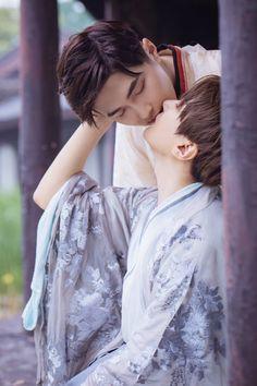 Baozi 💑 hana shared by Ichikawa tsubaki on We Heart It Couple Poses Reference, Human Poses Reference, Pose Reference Photo, Lgbt, Hanfu, Couple Posing, Couple Photos, Gay Aesthetic, Cute Gay Couples
