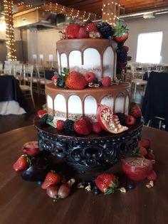 Naked Cake, Naked Cake with Fruit, Naked Cake with Drip, Drip Cake, Wedding Trends, Wedding Cake, Fall Wedding Cake, Wedding Cake Trends, 2020 Wedding Trends, Simple Wedding Cake