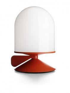 La lampe à poser Vinge de Note Design Studio joue sur la variété de luminosité en proposant une molette de réglage de l'intensité.