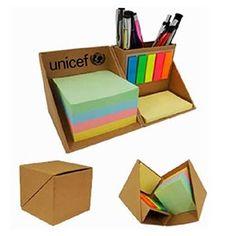 Cubo mágico ecológico, ao abrir se transforma em um porta lápis com muitos papéis de recado coloridos e colantes