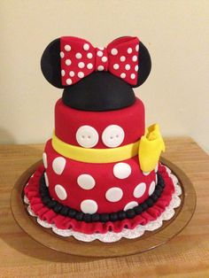 Black, white, pink, and polka dots! Minnie Mouse is a popular party theme especially for little ones turning one. I've rounded up some amazing Minnie Mouse Cakes inspiration for your Minnie Mouse party. Mickey Mouse Torte, Minni Mouse Cake, Minnie Mouse Birthday Cakes, Minnie Cake, Birthday Cake Girls, 2nd Birthday, Birthday Ideas, Mickey Birthday, Mickey Party