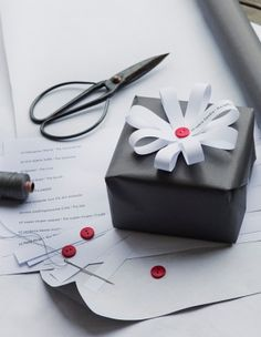 Use these beautiful 45 creative gift wrapping ideas to make your wrapping as special as the gift itself and to set your presents apart from the rest. Wrapping Gift, Gift Wraping, Creative Gift Wrapping, Christmas Gift Wrapping, Creative Gifts, Wrapping Ideas, Christmas Packages, Christmas Presents, Diy Christmas
