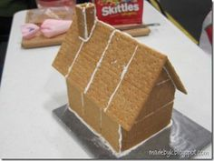 For Anna's party Saturday - simple Graham Cracker Gingerbread house construction. then we can do our own thing on the decorations. - My Website 2020 Graham Cracker House, Graham Cracker Gingerbread House, Gingerbread House Parties, Christmas Gingerbread House, Christmas Sweets, Christmas Goodies, Christmas Baking, Gingerbread Houses, Xmas