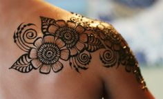 The best thing about mehndi designing is that it can actually be worn on any part of your body. Here, we have listed cool shoulder mehndi designs for you. Mehndi Tattoo, Henna Tattoos, Bad Tattoos, Samoan Tattoo, Body Art Tattoos, Tribal Tattoos, Polynesian Tattoos, Tatoos, Tattoo Art