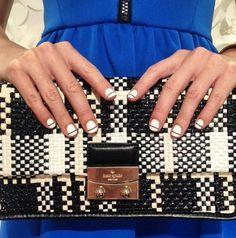 Unha Kate Spade - esmalte branco com linha escura - nail art semana de moda - bolsa quadriculada e vestido azul