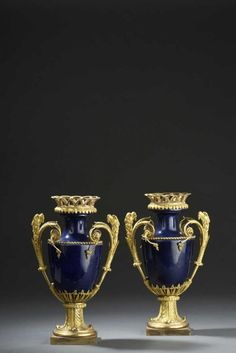 Paire de vases en porcelaine de Locré, à fond gros bleu, d'époque Louis XVI I Vendu 22.000€ le 11 mai 2016 I Daguerre