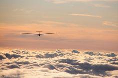 http://argestes.flog.pl/wpis/3986640/lot-szybowca-junior-nad-chmurami-w-promieniach-zachodzacego-slonca