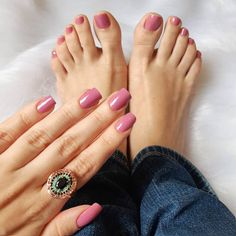 """Hoje fui ao salão e escolhi a cor """"tô de olho"""" da @mundial_impala. Na foto está rosa em mim realmente a cor fica super diferente se comparada ao vidrinho (somando -se ao fato de que estou utilizando a luz solar que muda bem a matiz). Rolem as fotos e vejam uma foto no flash para ter uma ideia mais real da cor ao vivo. Mas enfim adoro esses esmaltes mutantes! Meninas me indiquem hidratantes para os pés! Eu Amo o Eucerin mas é caaaaro. #unhas #nails #instanails #hand #mão #mãos #nailart…"""