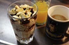Über ein so hübsch geschichtetes Frühstücksglas wie das von Johanna mit Hirsebrei, Banane und Schokozeugs würde ich mich morgens auch sehr freuen.