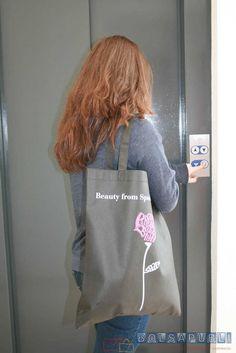 Las bolsas de tela son uno de los productos que más fabrica Bolsapubli, cualizadades como reutilización o preservación del medio ambiente las abalan.