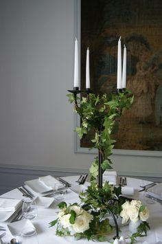 mariage chateau Bouscaut  centre de table lierre roses blanche raisin et chandelier  stephanie desclouds fleuriste Bordeaux