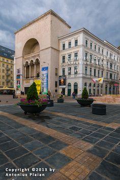 Palatul Culturii (1872-1875), Piața Victoriei, Timișoara; arhitecții Fellner și Helmer; adăpostește Teatrul Național, Opera Română, Teatrul Maghiar și Teatrul German; după incendiul din 1920 interiorul este refăcut de arh. Duiliu Marcu (1923-1928); fațada actuală a fost deasemenea refăcută de același arhitect (1934-1936) Bucharest, Romania, Sidewalk, Mansions, Architecture, House Styles, Interior, Home, Decor