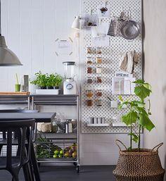 Pegboard: van gereedschapsbord naar keukenorganiser | IKEA IKEAnl IKEAnederland inspiratie wooninspiratie interieur wooninterieur SKÅDIS bord ophangbord opbergen keuken organiser