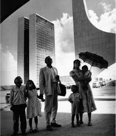 Brasília, DF, Brasil. Um dos trabalhadores da construção de Brasília, com sua família, saindo da nova capital que suas mãos ajudaram a construir. Isto é um clássico.    Por Rene Burri.