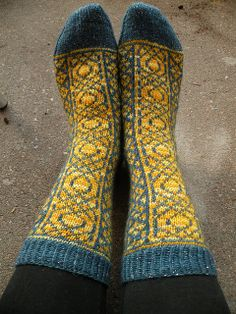 A relatively easy stranded sock pattern that has been greatly inspired by Rose Hiver's Fireweeds Socks and Heather Desserud's Lotus Mittens. Knitted Slippers, Wool Socks, Slipper Socks, Fair Isle Knitting, Knitting Socks, Hand Knitting, Knitting Designs, Knitting Projects, Knitting Patterns