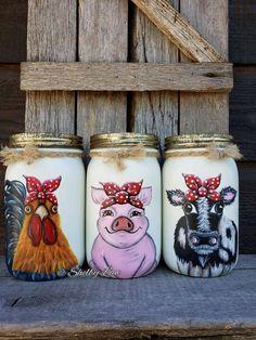 Utensil Holder Set of Three Mason Jars Farm Animals Cow Rooster Pig Mason Jar Art, Pot Mason Diy, Mason Jar Crafts, Bottle Crafts, Coffee Jar Crafts, Pickle Jar Crafts, Crafts With Glass Jars, Fall Mason Jars, Distressed Mason Jars
