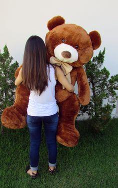 Esse Urso possui um laço característico do jeito de ser Guto. Um laço pomposo para um Ursão Gigante que saiu das florestas e está pronto pra viver na sua casa. Tenha agora na sua casa o Urso de Pelúcia Gigante 1 metro e 30 cm Guto Marrom.
