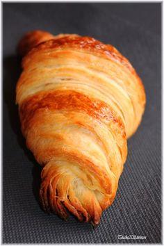 """Une fois de plus, je me suis plongée dans le livre """" Sensations """" de Philippe Conticini et j'ai craqué pour ses croissants. La recette est certes assez longue à faire mais le résultat est incomparable...les croissants au bon goût de beurre sont merveilleusement..."""