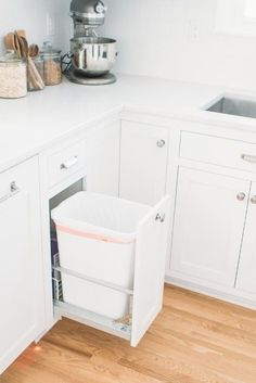 Выкатное мусорное ведро на кухне