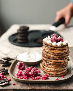 Vegan Oreo crumble pancakes - My Berry Forest Vegan Pancake Recipes, Delicious Vegan Recipes, Vegan Desserts, Dessert Recipes, Brunch Recipes, Oat Smoothie, Apple Smoothies, Croissants, Crepes