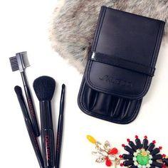 In Regalo il set di pennelli professionale per il make up, acquistando un fondotinta Shiseido  #manlioboutique #makeup