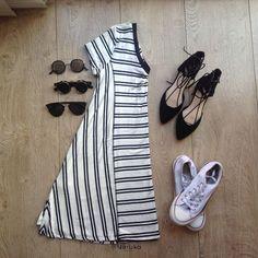 Vestido corte en V invertida (Rayas blanco y negro, cuello V) TenisAll Star o Zapatos tipo bailarina de punta (Negros, Piel de durazno) Gafas de sol
