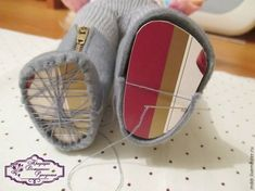 Doll Shoes Making 14 Doll Crafts, Diy Doll, Accessoires Barbie, Doll Shoe Patterns, Fabric Toys, Doll Tutorial, Sewing Dolls, Waldorf Dolls, Doll Hair