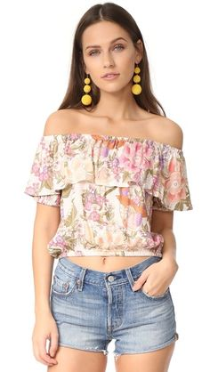 ¡Consigue este tipo de top hombros descubiertos de SPELL ahora! Haz clic para ver los detalles. Envíos gratis a toda España. SPELL Blue Skies Off Shoulder Top: A floral SPELL crop top with an off-shoulder silhouette and a ruffled overlay at the neckline. Gathered elastic edges. Short sleeves. Fabric: Crepe. 100% viscose. Hand wash or dry clean. Imported, China. Measurements Length: 13.75in / 35cm, from center back Measurements from size S (top hombros descubiertos, sin hombros, off…